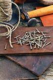Las herramientas del zapatero en un fondo de madera Imagen de archivo libre de regalías