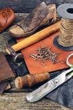 Las herramientas del zapatero en un fondo de madera Fotos de archivo libres de regalías