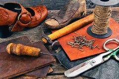 Las herramientas del zapatero en un fondo de madera Foto de archivo libre de regalías