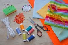 Las herramientas para coser para la afición fijaron en la opinión superior del fondo de madera de la tabla Kit de costura Hilo, a Fotografía de archivo libre de regalías