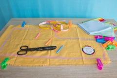 Las herramientas para coser para la afición fijaron en la opinión superior del fondo de madera de la tabla Kit de costura Hilo, a Foto de archivo libre de regalías