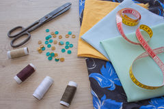 Las herramientas para coser para la afición fijaron en la opinión superior del fondo de madera de la tabla Kit de costura Hilo, a Imagen de archivo libre de regalías