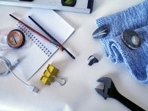 Las herramientas para el viaje engendran en un fondo blanco Imagen de archivo libre de regalías