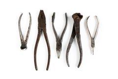 Las herramientas viejas mienten en un fondo aislado blanco Cinceles, cortaalambres, alicates, pinzas y otras herramientas imagen de archivo libre de regalías