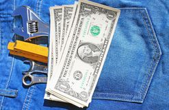 Las herramientas y cobran adentro el bolsillo Imágenes de archivo libres de regalías