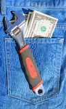 Las herramientas y cobran adentro el bolsillo Foto de archivo libre de regalías