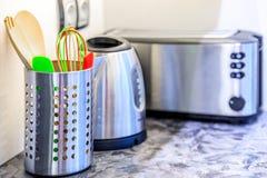 Las herramientas y los dispositivos de la cocina en un moderno kitechen Imagenes de archivo