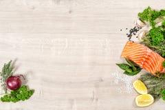 Las hierbas de color salmón del prendedero de pescados condimentan la nutrición sana de los mariscos Fotografía de archivo