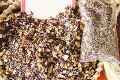 Las hierbas medicinales fijaron en una cesta de mimbre para la venta Imagen de archivo