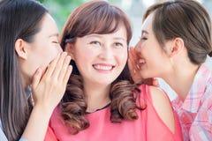 Las hijas hablan para mimar feliz foto de archivo libre de regalías