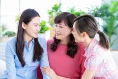 Las hijas hablan para mimar feliz fotos de archivo