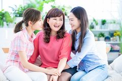 Las hijas hablan para mimar feliz foto de archivo