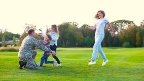 Las hijas y la esposa que corren en el ` s del papá arma metrajes