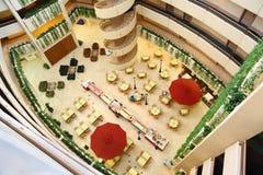 Las historias en hotel, escalera espiral conectan suelos Fotos de archivo libres de regalías