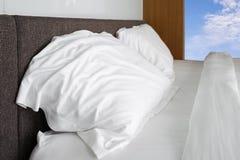 las hojas blancas de la almohada, del lecho y las almohadas suben la raya blanca del lecho Imagenes de archivo