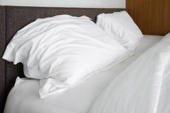 las hojas blancas de la almohada, del lecho y las almohadas suben la raya blanca del lecho Fotografía de archivo libre de regalías