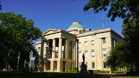 Las hojas crujen en los argumentos ajardinados en Raleigh North Carolina en la Capital del Estado almacen de metraje de vídeo