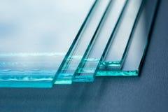 Las hojas de la fabricaci?n de la f?brica moderaron los paneles claros del vidrio de flotador cortados a la medida fotos de archivo