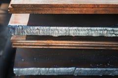 Las hojas de metal se almacenan en la fábrica Foto de archivo