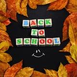 Las hojas de otoño enmarcaron el tablero de tiza Imagenes de archivo