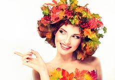 Las hojas de otoño rojas y amarillas en muchacha dirigen Fotografía de archivo libre de regalías