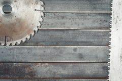 Las hojas de sierra circulares, los dientes grandes detallan la cuchilla de acero, metal whee fotografía de archivo libre de regalías