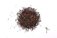 Las hojas de té aromáticas de la PU-erh del negro, una pila de chino rojo seco PU-er, primer, aislaron en blanco fotos de archivo