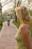 Las hojas del hombre de la mujer. Imagen de archivo libre de regalías