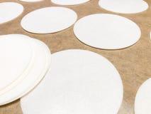 Las hojas del papel de arroz encendido en una bandeja cuecen helar comestible de adornamiento de la oblea de las fuentes de la ga Fotos de archivo