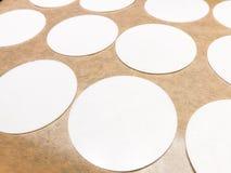 Las hojas del papel de arroz encendido en una bandeja cuecen helar comestible de adornamiento de la oblea de las fuentes de la ga Imagen de archivo libre de regalías