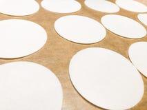 Las hojas del papel de arroz encendido en una bandeja cuecen helar comestible de adornamiento de la oblea de las fuentes de la ga Imagenes de archivo