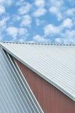 Las hojas del tejado del edificio industrial, modelo de acero gris del tejado, verano brillante se nublan el cloudscape, cielo az Foto de archivo