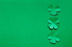 Las hojas esmeralda del trébol del trébol del Libro Verde confinan el marco imagen de archivo
