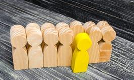 Las hojas/se destacan de la persona de la muchedumbre dirección en el equipo del negocio Un trabajador talentoso opinión especial imágenes de archivo libres de regalías