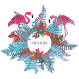 Las hojas tropicales y las flores azules y rosadas circundan con dos flamencos Imágenes de archivo libres de regalías