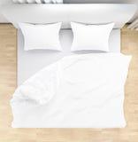 Las hojas y las almohadas de cama ensuciaron para arriba después de noches duermen, comodidad y lecho en la habitación, el ejempl Fotos de archivo