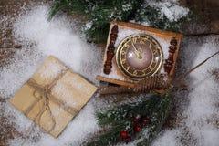 Las horas del Año Nuevo en nieve con un piel-árbol ramifican Fotos de archivo