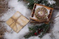 Las horas del Año Nuevo en nieve con un piel-árbol ramifican Fotografía de archivo