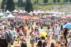 Las huéspedes y la audiencia en el festival Rozhen 2015 en Bulgaria Imágenes de archivo libres de regalías