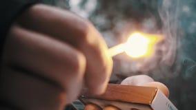 Las huelgas masculinas de la mano hacen juego contra la caja, quemaduras él para arriba metrajes