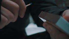 Las huelgas masculinas de la mano hacen juego contra la caja, sistemas él en el fuego almacen de video