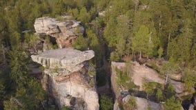Las i skały w jesień powietrznego trutnia odgórnym widoku Widok z lotu ptaka na skałach, rockowa formacja z lasu krajobrazem targ zdjęcie wideo