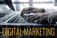 Las ideas de los conceptos del márketing de Digitaces con la mano masculina usando el ordenador portátil y la carta interconectan foto de archivo libre de regalías