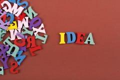 Las IDEAS redactan en el fondo marrón compuesto de letras de madera del ABC del bloque colorido del alfabeto, copian el espacio p Foto de archivo libre de regalías
