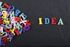 Las IDEAS redactan en el fondo negro del tablero compuesto de letras de madera del ABC del bloque colorido del alfabeto, copian e Imagen de archivo libre de regalías