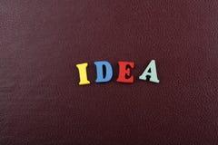 Las IDEAS redactan en el fondo rojo compuesto de letras de madera del ABC del bloque colorido del alfabeto, copian el espacio par Foto de archivo libre de regalías