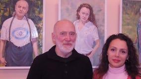 Las ilustraciones en la exposición, retratos de la gente almacen de video