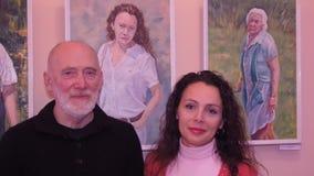 Las ilustraciones en la exposición, retratos de la gente almacen de metraje de vídeo