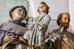 Las ilustraciones esculpen cerca para arriba de santos en una exposición en el estudio del artista libre illustration