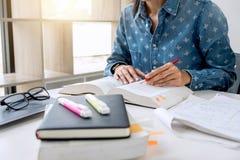 Las imágenes de estudiar al estudiante dan la escritura en libro durante conferencia fotografía de archivo